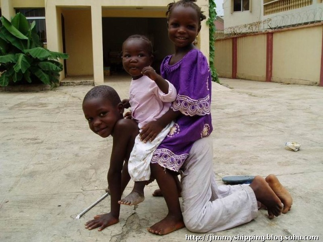 在尼日利亚,没有像中国一样实行计划生育,因此家家都有几个或者数个小孩,而父母又需为了生计而劳作而奔波忙碌,因此,只能年长的小孩带年幼的了。 我曾问我的当地朋友,你们这么穷还娶这么多老婆生这么多孩子?瞧我们中国one wife,one child的政策多好。黑人朋友告诉我,在尼日利亚娶老婆和生小孩的成本绝对比中国要低,尼日利亚女性可不会要求有房有车,而且在非洲这种地方,由于疾病以及医疗等方面的不足,经常有孩子夭折也不一定,孩子多的话,就算夭折了一个,也还有别的孩子,但你们中国人only one c