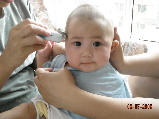 """云蕾宝宝四个半月,第一次理发 宝宝头发出生时算不上浓密,月子里奶秃掉头发,脑门儿头发快掉光了,姥爷安慰说:""""没关系,聪明的脑袋不长毛!""""后来秃的地方终于长起新的头发茬茬,姥爷又安慰说:""""这下好啦,有毛不算秃!"""" 。这次理发希望宝宝新长的头发会好些。 她爹妈第一次用推子,开始哆哆嗦嗦手生的很,耽误了时间。十几分钟的理发过程,宝宝一直都挺乖,好像知道要好好配合似的。最后让我们折腾得实在受不了了,才咧了一下嘴。"""