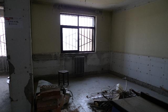 装修第一步就是砸墙,现在砸墙怎么如此之贵啊,砸的我好心疼!三天的时间,把厨房、餐厅、卫生间的墙砖、地砖都?#19994;?#20102;,还砸了卫生间的两堵墙、主卧的阳台隔断,?#32422;?#25152;有原来的木墙裙、木门等,就这些活花了我2700啊,不过现在房子变的好通透啊,但也?#20063;?#24525;睹了