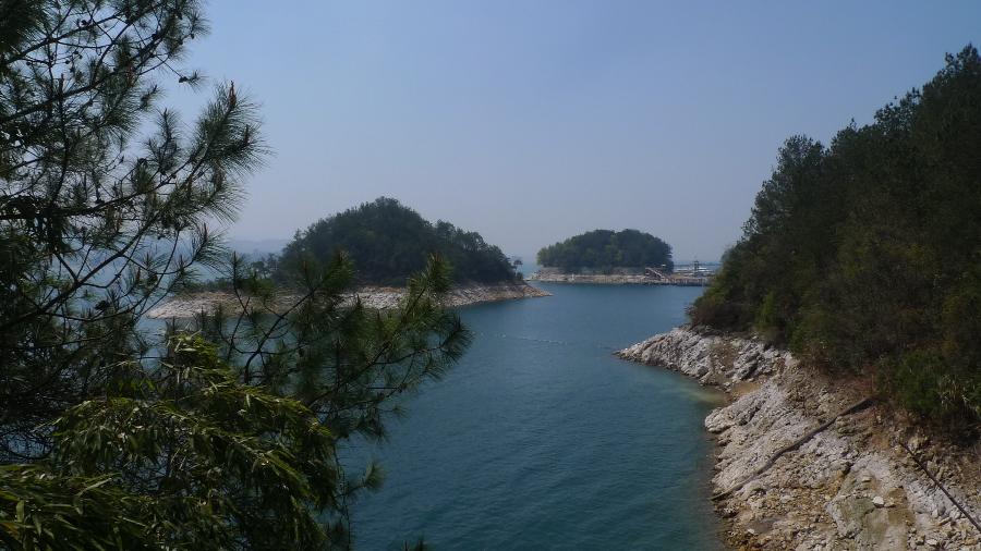 西去黄山150公里,                千岛湖水下有两座古城-狮城,贺城.