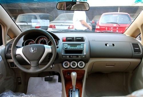 思迪的内饰造型与新款本田airwave相似,但是两者的中控台造型和仪表盘