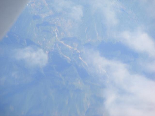 这次出差回重庆,短短的四天时间,刚到家又不得不出走,有些恋恋不舍的感觉。 当飞机飞出重庆的上空,飞出了满天的雾气般的大气层,飞机来到了海拔1万米的高空。虽然不知是第几次往返于重庆和北京的高空,但还没有仔细地欣赏过蓝天的美丽,以及从高空俯视大地的感觉,此次正好带了相机,尽管在机场买了本书,可是在飞机上也不想看,于是就拿出相机拍了个够,直到飞机停稳在首都国际机场。 尽管每个月都会飞来飞去,但是从来没有找到个这次的感觉——发现往返于西部的空中交通的繁忙,第一次在高空看见华山的感觉,以及污