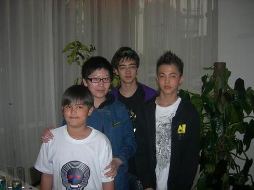 韦纯束儿子叫什么_曝光韦唯的三个混血帅气儿子(组图)-娱记大学堂-搜狐博客