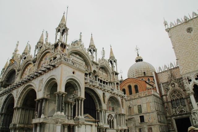 威尼斯因为海上贸易的关系和拜占庭王国往来密切,这段时期的建筑物便