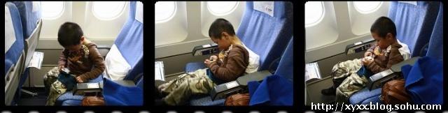 北京首都机场:上了飞机小马老练的把安全带系好